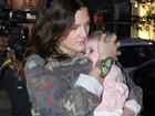Filha de Drew Barrymore se assusta com flashes de paparazzi