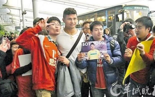 Torcedor tenta beijar Elkeson na chegada ao Guangzhou Evergrande (Foto: Reprodução)