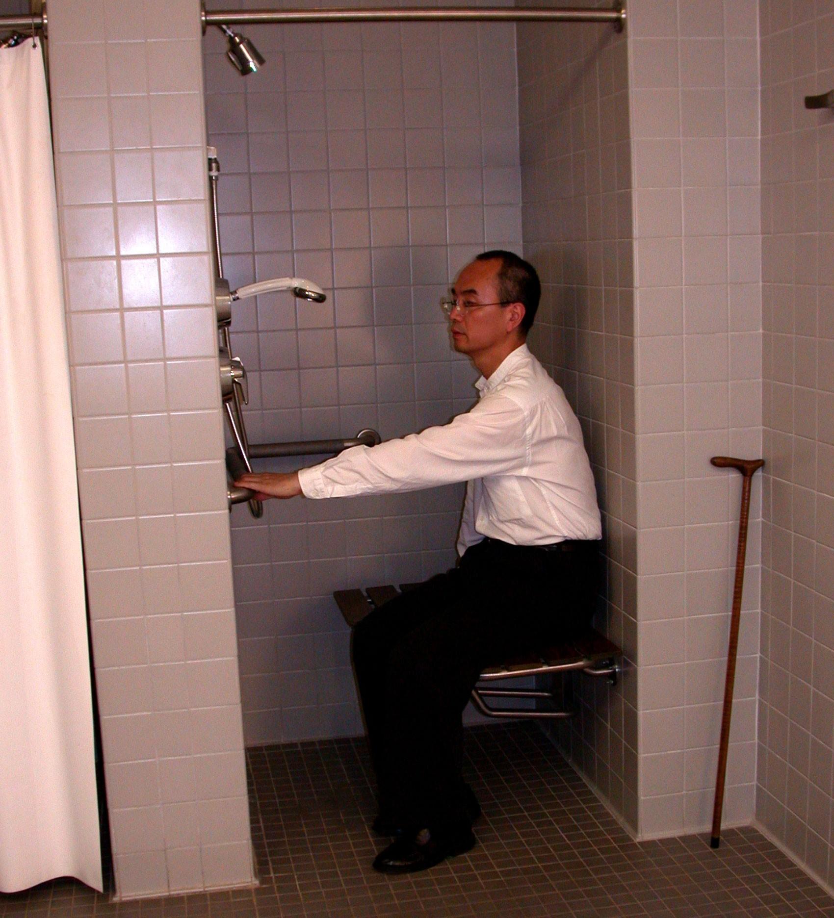 Barras de apoio e local para sentar ajudam idoso a não cair no banheiro