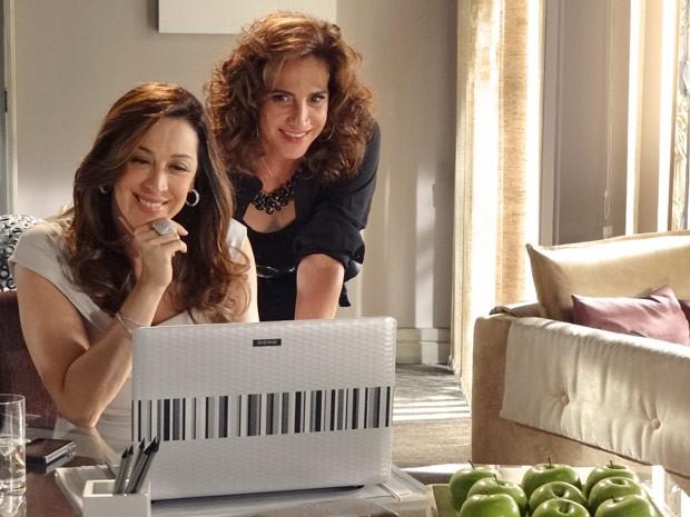 Lívia e Wanda assistem satisfeitas às imagens da sala de Haroldo no laptop (Foto: Salve Jorge/TV Globo)