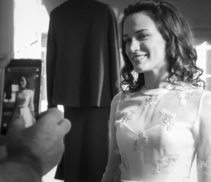Bianca Bin registra o vestido de noiva de Maria na novela (Foto: Raphael Dias/Gshow)