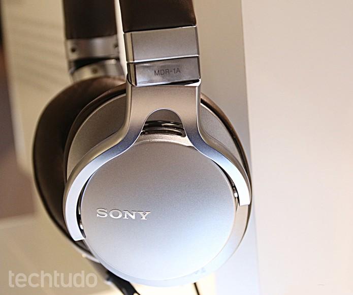 Fone MDR-1a da Sony tem revestimento de couro (Foto: Fabrício Vitorino/TechTudo)