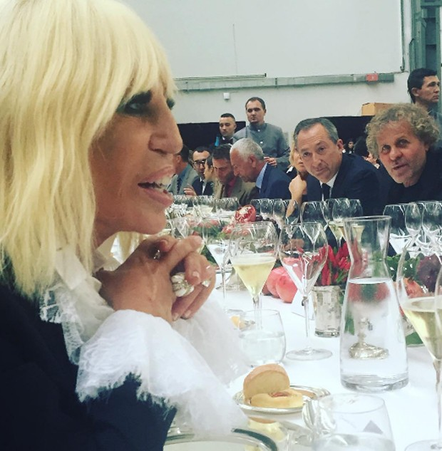 It's Donatella - so I must be in Milan. Is she channelling the new Tudor look? Or just wearing her heart on her sleeve? (Foto: @SuzyMenkesVogue)