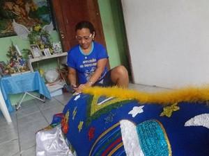 A artesã Dora conta que confeccionar o boi-bumbá técnica, criatividade, dedicação e paciência. (Foto: Luana Laboissiere/G1)