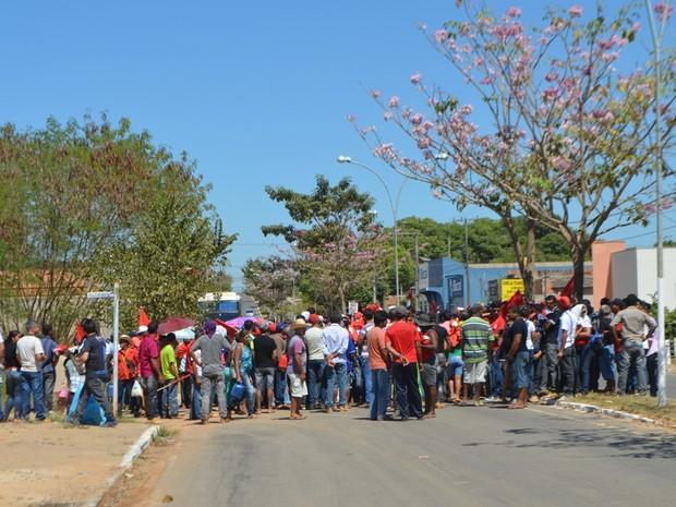 Manifestação por reforma agrária reuniu cerca de 400 pessoas (Foto: Pâmela Fernandes/ G1)