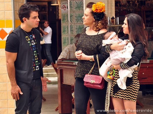 Márcia quase não acredita quando Carlito lhe explica tudo... (Foto: Jacson Vogel / TV Globo)