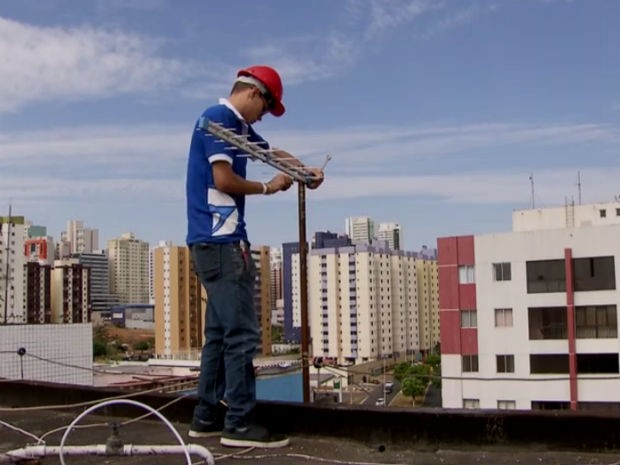 Técnico instala antena de captação do sinal digital no Distrito Federal (Foto: TV Globo/Reprodução)