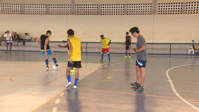 Timbó joga bola de olhos vendados com a equipe de futebol do Instituto de Cegos da Bahia (Foto: TV Bahia)