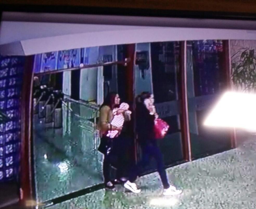Foto da mulher com o bebê no colo saindo do Conic (Foto: PMDF/Divulgação)