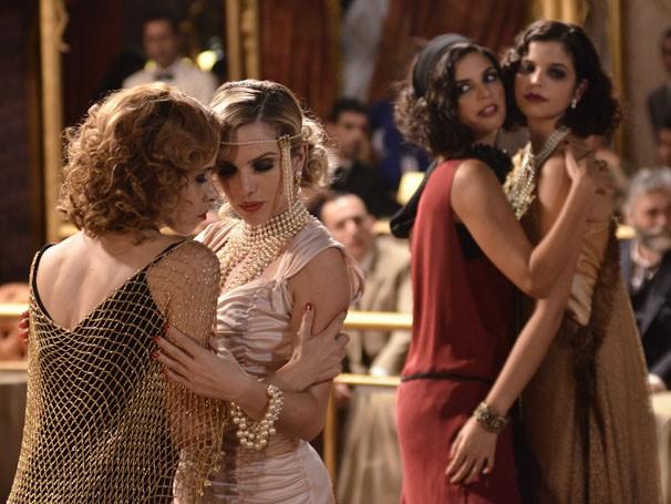 As meninas do Bataclã fazem dança sensual para os clientes, em Gabriela (Foto: TV Globo / Raphael Dias)