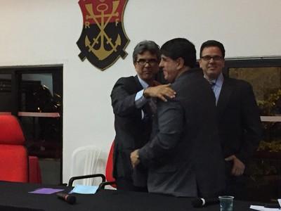 Mario é cumprimentado por Maurício Gomes de Mattos, vice-geral e que apoiou Pedrazzi (Foto: GloboEsporte.com)