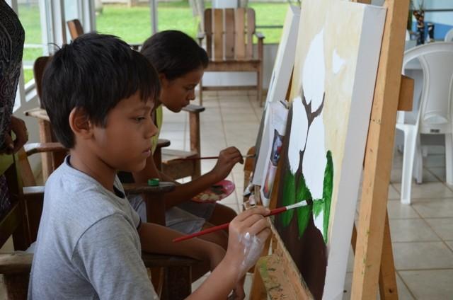 Yago vê na pintura uma forma de se sentir bem (Foto: Jonatas Boni/G1)