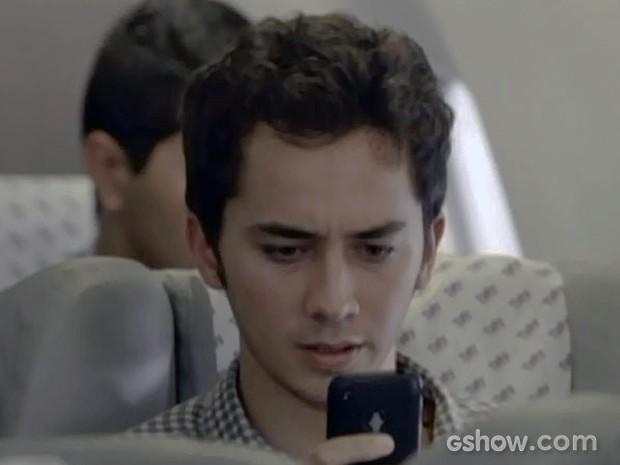 Ben recebe mensagem de Anita (Foto: Malhação / TV Globo)