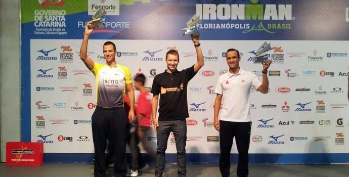 Diego Machado comemora a medalha de prata no Ironman 2014 (Foto: Divulgação)