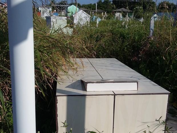 Moradores do município realizam a própria limpeza do cemitério (Foto: Nerivan de Moura/ VC no G1)
