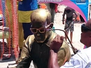 Óculos novos da estátua de Drummond custaram R$ 15 mil (Foto: Contextual Comunicação/ Divulgação)