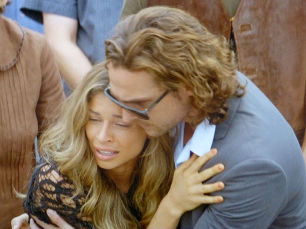 Ester passa mal durante funeral de Cassiano (Foto: Flor do Caribe / TV Globo)