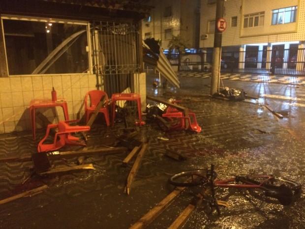 Cadeiras e mesas do bar que estavam na calçada ficaram destruídas (Foto: Luiz Linna / G1)