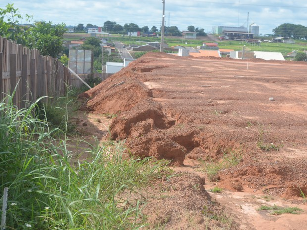 Alguns pontos do aterro estão sendo danificados pelas águas da chuva (Foto: Rogério Aderbal/G1)