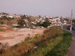 Caminhão foi encontrado em rua da Vila Pomar, em Brás Cubas (Foto: Carolina Paes/G1)