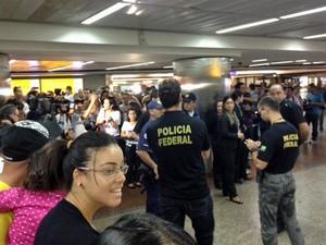 Corintianos são recebidos por familiares e amigos na tarde deste domingo (9) no Aeroporto de Cumbica (Foto: Roney Domingos/G1)