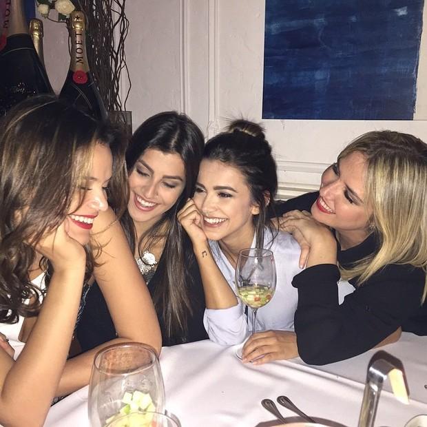 Bruna Marquezine e Manu Gavassi com amigas em restarante em São Paulo (Foto: Instagram/ Reprodução)