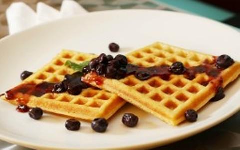 Waffle com geleia de mirtillo