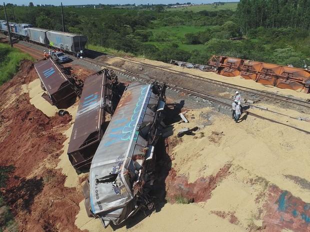 Imagem aérea mostra soja derramada entre os trilhos após choque entre trens em Estiva Gerbi (Foto: Arquivo de imagens / EPTV)