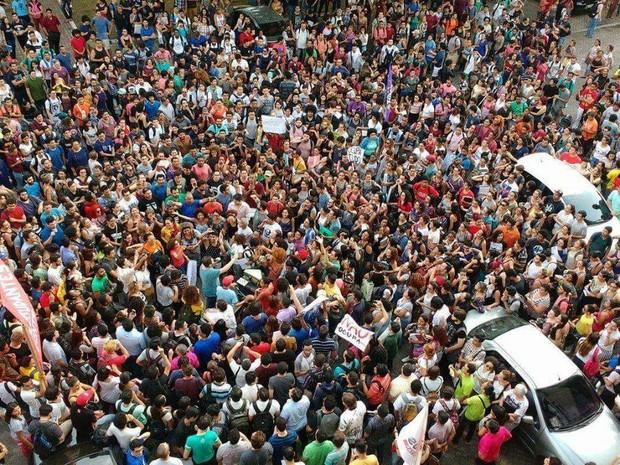 Milhares de estudantes concentrados no prédio da reitoria da UFPA (Foto: Rodrigo Moraes)