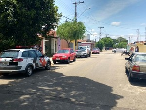 Em frente a casa vizinhos acompanharam trabalho da polícia (Foto: Thiago Vasconselos/ TV TEM)