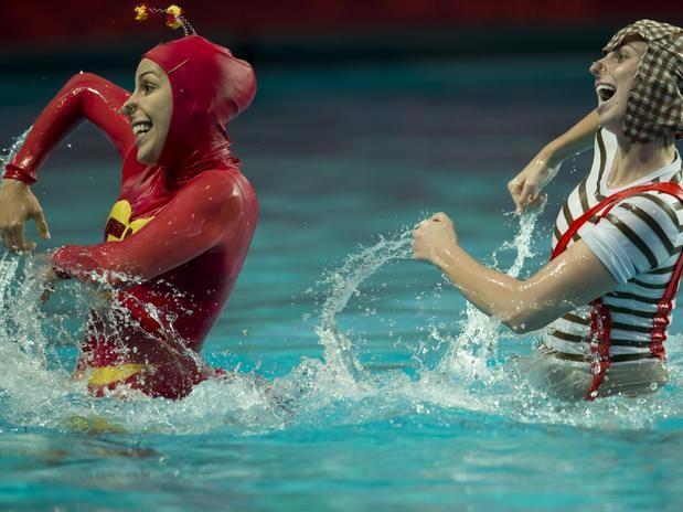 Dueto do nado sincronizado Lara e Nayara vestidas de Chaves e Chapolin (Foto: Divulgação MVP Sports)