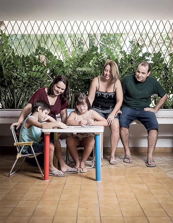 Simone Cruz para profissional de apoio para o aprendizado de sua filha   (Foto: Stefano Martini/ÉPOCA)