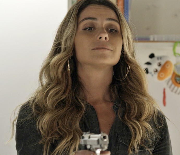 Atena aponta arma contra Tóia (Foto: TV Globo)
