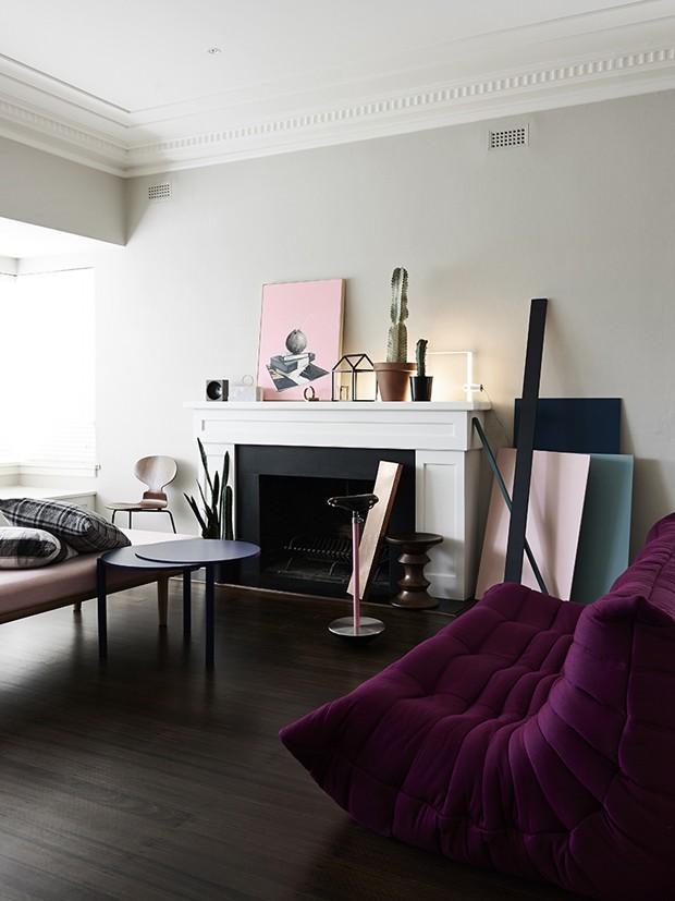 Décor do dia: toques de rosa na sala de estar clean (Foto: reprodução)