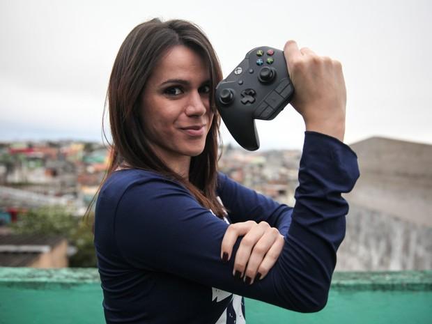 'Se você é melhor do que alguém, vai incomodar. Se for mulher, pior ainda', diz Cristina Santos, mulher nº 1 de Xbox no Brasil (Foto: Fábio Tito/G1)