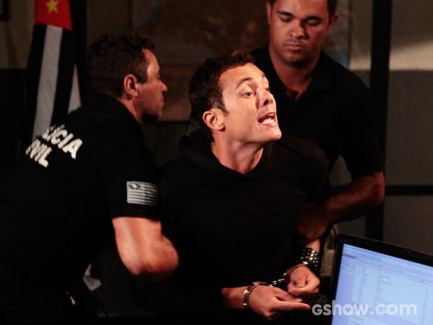 Ivan se descontrola ao ser preso (Foto: Pedro Curi/TV Globo)