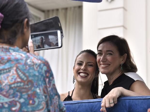 Andreia Horta e Lilia Cabral são só sorrisos  (Foto: Raphael Dias/TV Globo)