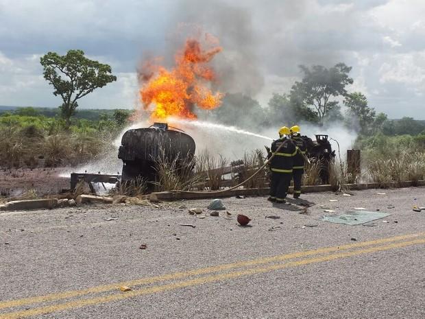 Foram gastos mais de 30 mil litros de agua na contenção das chamas (Foto: Divulgação/Corpo de Bombeiros)