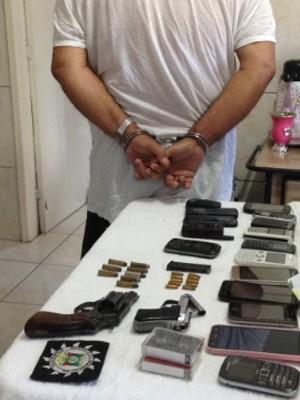 Armas e celulares foram encontradas na casa do suspeito do crime  (Foto:  Polícia Civil/Divulgação)