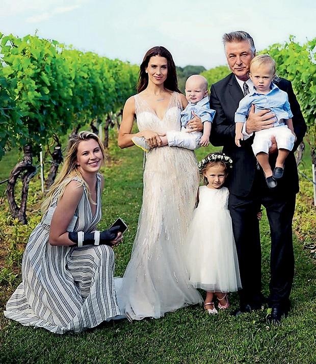 O casal Alec e Hilaria Baldwin  renovam os votos em uma  vinícula em Long Island, na  presença dos filhos e da filha do ator  (Foto:  )