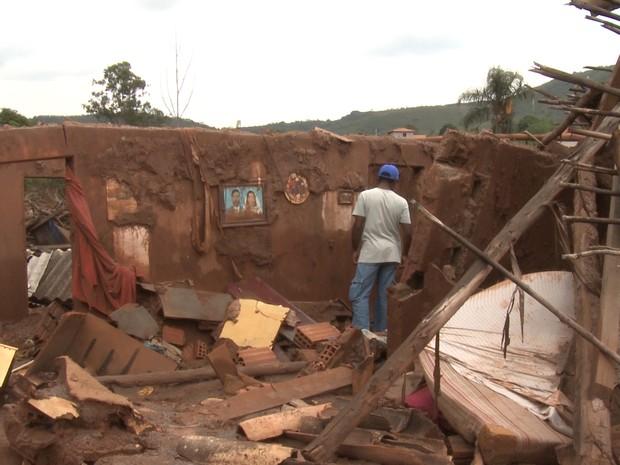 Francisco de Paula Felipe encontra foto em destroços de casas em Bento Rodrigues (MG) (Foto: Reprodução/G1)