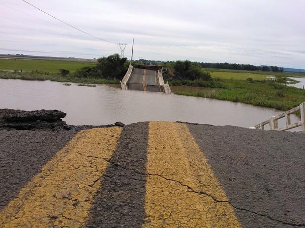 Ponte desabou na tarde desta quinta-feira na Região Central do RS (Foto: Cláudio Vaz/RBS TV)