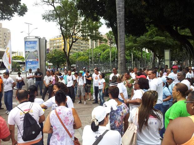 Agentes comunitários de saúde e combate às endemias reunidos na Praça do Campo Grande (Foto: Ruan Melo/G1)