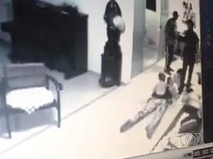 Assaltante atira em modelo com bebê sentado sobre ela em Goiânia, Goiás (Foto: Reprodução/TV Anhanguera)