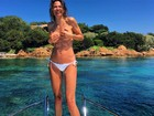 Luciana Gimenez faz topless durante passeio de barco na Itália