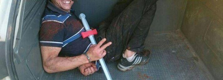 Homem sorriu ao mostrar arma de brinquedo usada no crime (Foto: Polícia Militar/Divulgação)