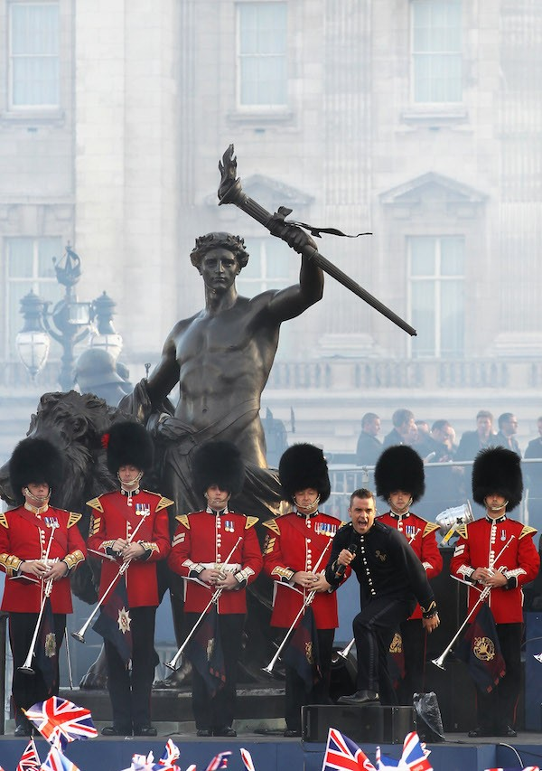 A apresentação de Robbie Wiliams em frente ao Palácio de Buckingham em 2012 (Foto: Getty Images)