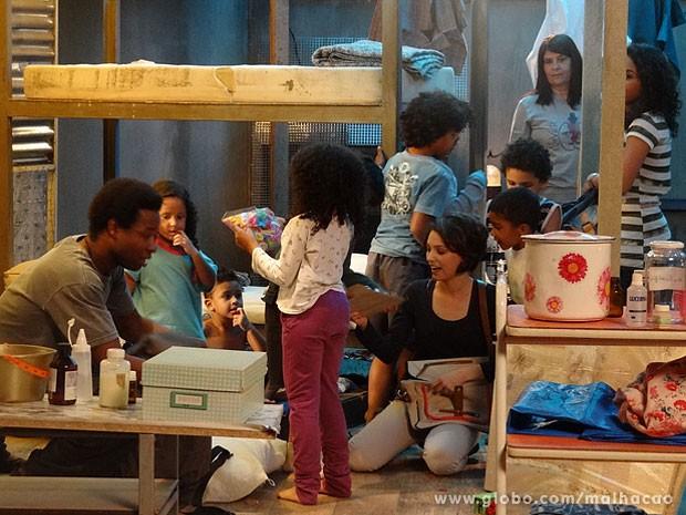 Frédéric, Micaela e Julia se divertem com as crianças do abrigo (Foto: Malhação / TV Globo)