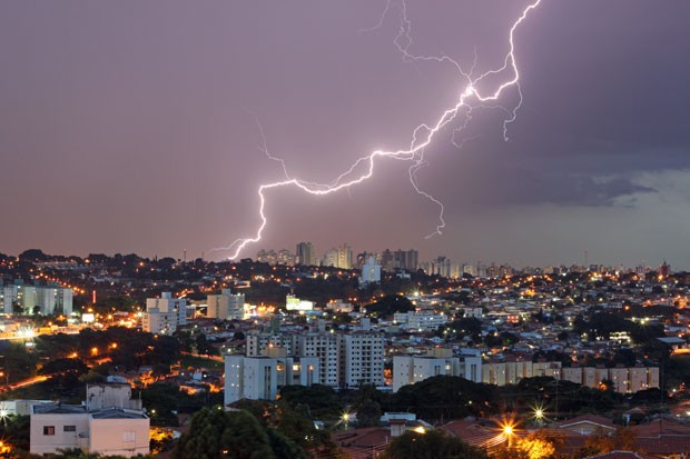 Raio corta o céu de Campinas, no interior de São Paulo, durante tempestade noturna (Foto: Jácomo Jackdimmit Piccolini/Elat-INPE )