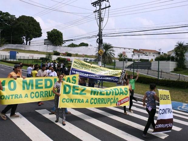 Ato ocorreu na frente da Assembleia Legislativa do Amazonas (Foto: Adneison Severiano/G1 AM)